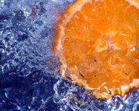 Acqua di spruzzatura arancione fotografie stock libere da diritti