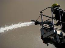Acqua di spruzzatura del vigile del fuoco Immagini Stock