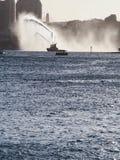 Acqua di spruzzatura della barca di estinzione di incendio Fotografia Stock