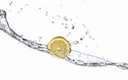 Acqua di spruzzatura e del limone immagine stock