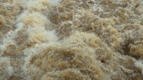 Acqua di turbine selvaggia liberata dalla diga di irrigazione, otturatore ad alta velocità preso fotografia stock