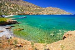 Acqua di Turquise della baia di Mirabello su Crete Fotografia Stock