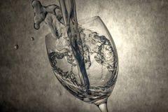 Acqua di versamento al vetro della vite Fotografia Stock Libera da Diritti