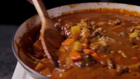 Acqua di versamento in curry in padella archivi video