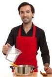 Acqua di versamento del cuoco unico immagine stock