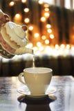 Acqua di versamento del POT del tè di festa fotografie stock libere da diritti