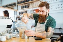 Acqua di versamento di barista in vetro Immagini Stock Libere da Diritti