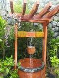 Acqua di versamento in un pozzo Fotografie Stock
