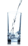 Acqua di versamento in vetro Fotografia Stock