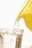 Acqua di versamento in vetro Fotografie Stock