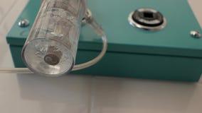 Acqua distillata medica collegata ad un dispositivo di respirazione artificiale nella rianimazione per neonato unità di cure inte video d archivio