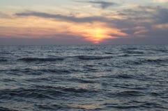 Acqua e cielo blu del lago immagini stock libere da diritti