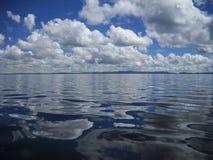 Acqua e cielo, il Titicaca, Perù Fotografia Stock