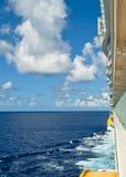 Acqua e nave da crociera caraibiche dell'oceano dal balcone Fotografie Stock