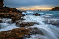 Acqua e nuvole precipitanti in Laguna Beach, CA Fotografia Stock Libera da Diritti