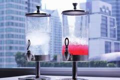 Acqua e soda rossa nello spenser Immagine Stock
