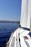 Acqua e terra di blu oltremare osservate dalla piattaforma dell'yacht immagini stock
