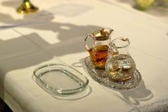 Acqua e vino sull'altare pronto per Massachussets santo Fotografia Stock