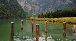 Acqua ed alberini di legno di attracco nel lago fotografia stock