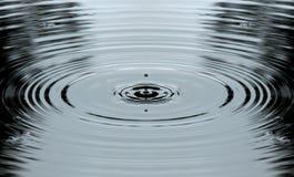 Acqua ed anelli della sgocciolatura Fotografia Stock Libera da Diritti