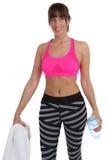 Acqua ed asciugamano di bottiglia della donna di forma fisica ad addestramento di allenamento di sport Fotografia Stock