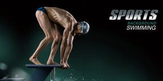 Acqua ed ombrelli Nuotatore muscolare pronto a saltare fotografia stock libera da diritti