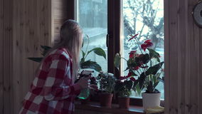 Acqua extra di secchezza della donna dai fiori stock footage
