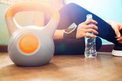 Acqua, forma fisica e allenamento di bottiglia della tenuta della donna a casa, sano Fotografia Stock Libera da Diritti
