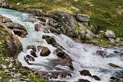 Acqua fredda che riduce attraverso le rocce Fotografia Stock