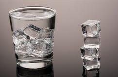Acqua fredda con ghiaccio Fotografie Stock