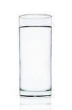 Acqua fresca con vetro isolato sui precedenti bianchi Fotografia Stock