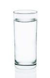 Acqua fresca con vetro isolato sui precedenti bianchi Fotografia Stock Libera da Diritti