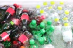 Acqua frizzante della bibita di immagine vaga molti nel dispositivo di raffreddamento del ghiaccio per fondo immagine stock