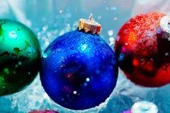 Acqua ghiacciata della colata delle palle di ghiaccio del nuovo anno Immagine Stock Libera da Diritti