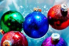 Acqua ghiacciata della colata delle palle di ghiaccio del nuovo anno Immagini Stock Libere da Diritti