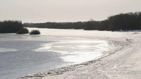 Acqua ghiacciata fredda in fiume al giorno di inverno freddo soleggiato stock footage