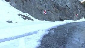acqua ghiacciata sulla strada di Transfagarasan stock footage