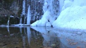 acqua ghiacciata sulla strada di Transfagarasan archivi video