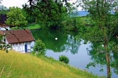 acqua, lago, paesaggio, natura, cielo, fiume, riflessione, albero, estate, foresta, alberi, verde, stagno, blu, molla, erba, parc Fotografia Stock Libera da Diritti