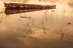 Acqua leggera dell'oro e della barca Fotografie Stock Libere da Diritti
