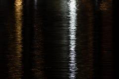 Acqua luccicante in oro, nero ed argento (principalmente il nero) Fotografie Stock