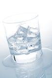 Acqua minerale con i cubi di ghiaccio Fotografia Stock Libera da Diritti