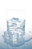 Acqua minerale con i cubi di ghiaccio Immagini Stock Libere da Diritti