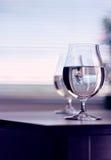 Acqua nel vetro di vino su fondo Immagini Stock