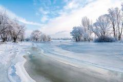 Acqua, neve e ghiaccio congelati sul fiume di Dnieper fotografia stock libera da diritti
