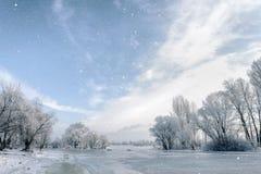 Acqua, neve e ghiaccio congelati sul fiume di Dnieper immagini stock