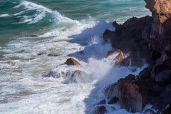 Acqua, onde e rocce Fotografie Stock Libere da Diritti