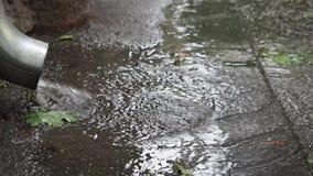 Acqua piovana che scorre dal primo piano del tubo di scarico archivi video