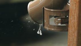 Acqua piovana che scorre dal primo piano del tubo di scarico stock footage