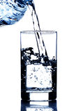 Acqua potabile che versa in vetro Immagine Stock Libera da Diritti